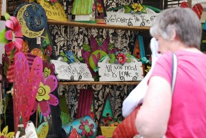 A patron browses Shari Grenzow Mauer's booth at the fifth annual Dunwoody Art Fest. Photo by Lauren Ramsdell.